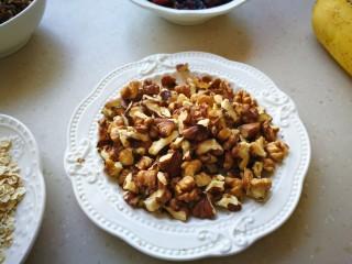 家有烤箱-能量吐司,将大块的核桃,碧根果掰成小块儿,榛子用刀稍微切碎一点。
