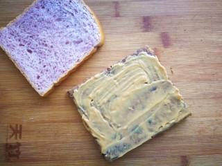 家有烤箱-能量吐司,在能量块上涂抹一层花生酱,吐司盖在上面。