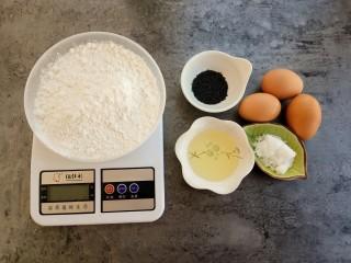 下午茶~无水纸杯蛋糕,低筋面粉75克、鸡蛋3个、白糖50克、黑芝麻少量、玉米油10克