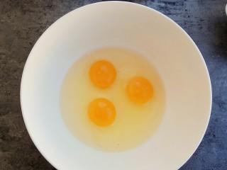 下午茶~无水纸杯蛋糕,先把鸡蛋打出