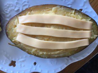 #家有烤箱#蛋奶芝士烤甜薯,码在薯泥上