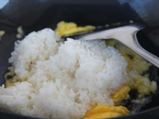 酱油炒饭,放入米饭炒