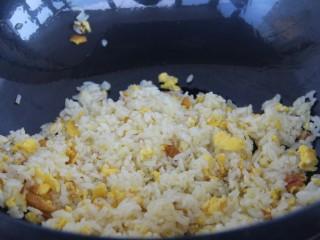 酱油炒饭,此时开小火,炒匀鸡蛋和饭,把鸡蛋炒碎