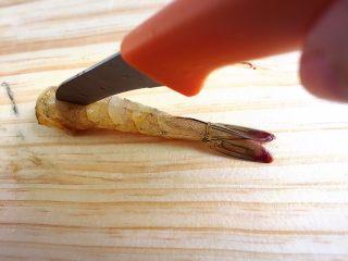 家有烤箱.蝴蝶虾,将虾去头去壳,从虾背划开至虾尾倒数第二节