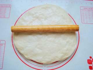 葡萄干司康,放在垫子上按扁,开始擀成片。