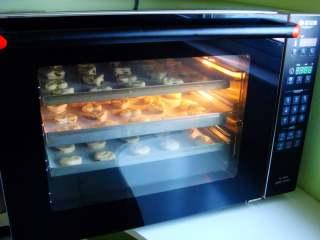 葡萄干司康,热风炉提前预热:170度,烤20分钟。