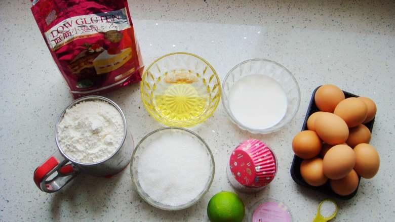 海绵蛋糕杯,配料分别称好备用。
