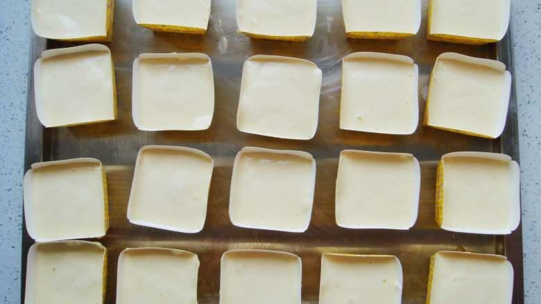 海绵蛋糕杯,装入裱花袋中,挤入纸杯八分满。
