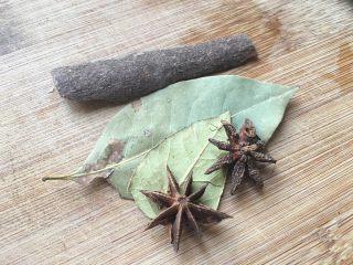 红烧鸡爪,八角桂皮香叶