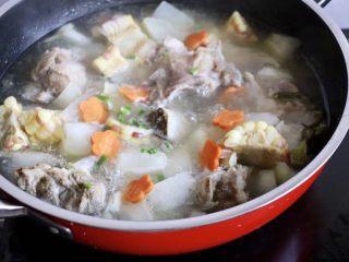 筒骨玉米冬瓜汤,放入提前准备的胡萝卜花