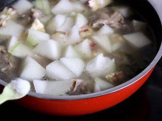 筒骨玉米冬瓜汤,加2g盐调味继续焖煮15分钟左右