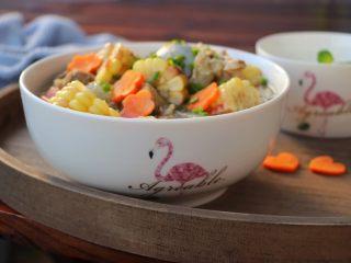 筒骨玉米冬瓜汤,装汤碗,撒葱花即可开吃