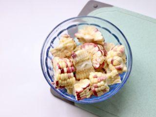 筒骨玉米冬瓜汤,玉米对半切开,切小段