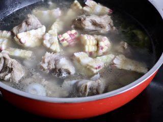 筒骨玉米冬瓜汤,筒子骨煮好之后放入玉米