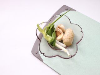 筒骨玉米冬瓜汤,辅料:葱两根打结,蒜瓣,姜2片