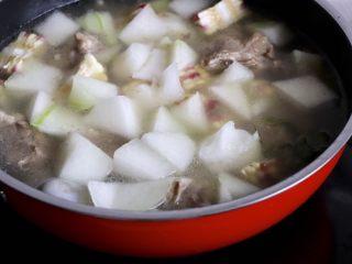 筒骨玉米冬瓜汤,放入冬瓜