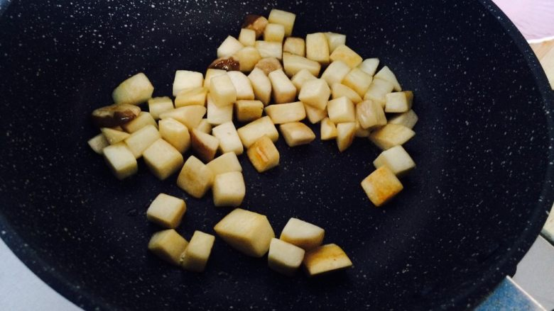 简单快手—杏鲍菇牛柳,要耐心,慢慢炒。杏鲍菇变色,大概3分钟。
