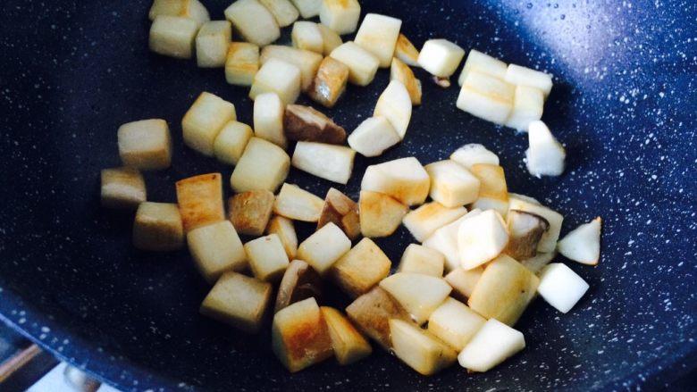 简单快手—杏鲍菇牛柳,杏鲍菇水份被炒出,表面金黄色,变软。