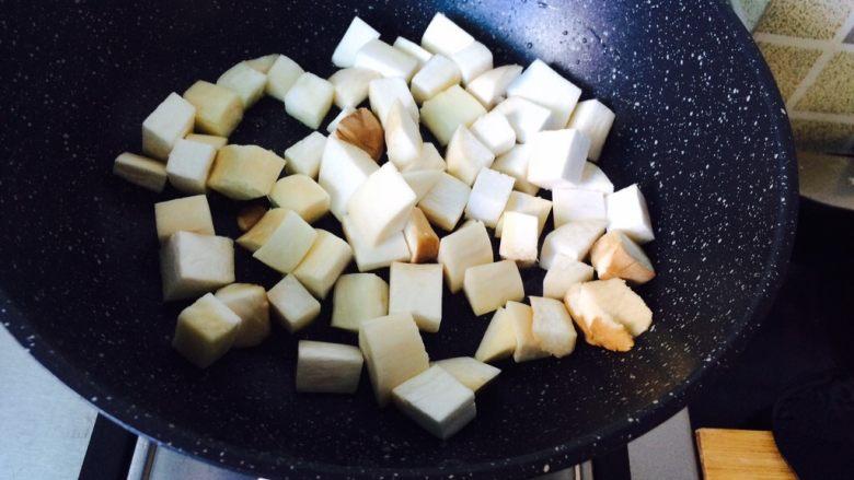 简单快手—杏鲍菇牛柳,煸炒杏鲍菇。