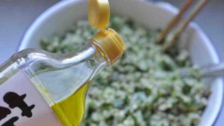 香菇、莲藕素馅饼,给馅料里加入花椒油、香油。