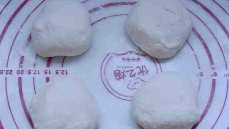 香菇、莲藕素馅饼,把醒发好的面团分成4份,揉圆