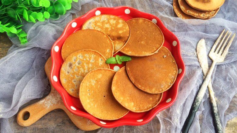 黑全麦松饼,配上一杯牛奶,完美的早餐哦