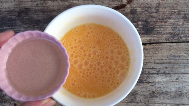 黑全麦松饼,打散鸡蛋后加入油搅拌均匀