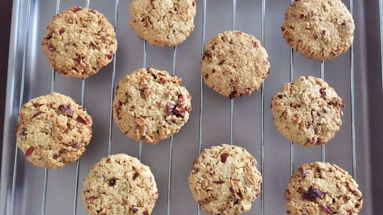 红枣燕麦饼干#家有烤箱#,出炉了,晾凉即可食用。 满屋子都闻到红枣的香味。