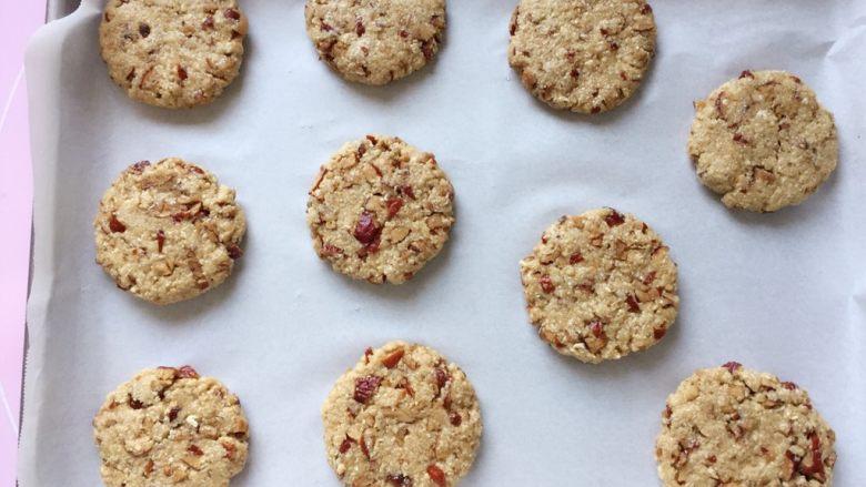 红枣燕麦饼干#家有烤箱#,依法做好燕麦饼坯,在烤盘里摆放好