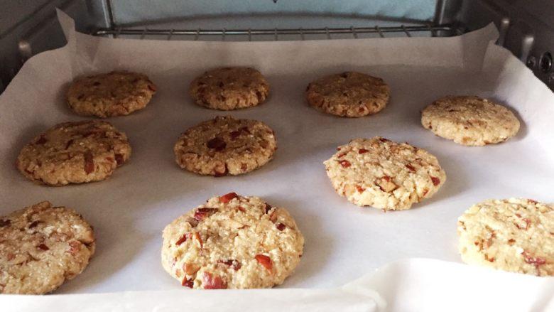 红枣燕麦饼干#家有烤箱#,将烤盘放入预热好的烤箱中层,上下火170度,烤18分钟。