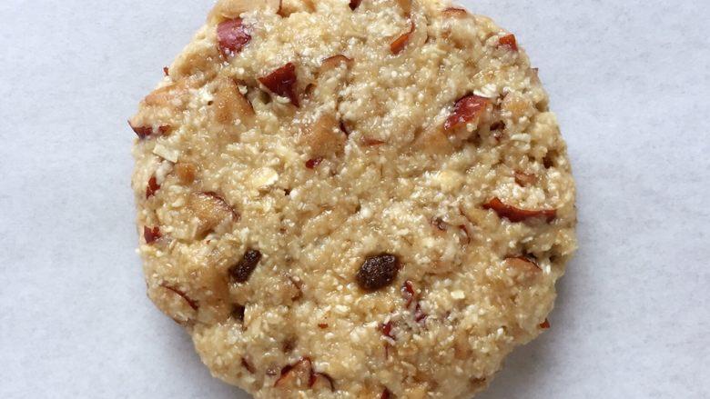 红枣燕麦饼干#家有烤箱#,然后放在铺有油纸的烤盘里,压扁(喜欢口感软一些的就压得厚一点,喜欢口感脆一点的就压扁一点)。