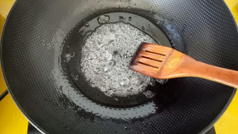 #山楂球#,待冰糖全部化开,淋入半勺白醋。用铲子不断搅拌。