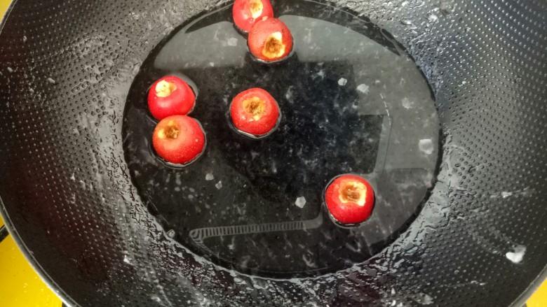 #山楂球#,锅被糖汁粘住,不好刷洗,这时放入几个山楂,熬成山楂水喝。