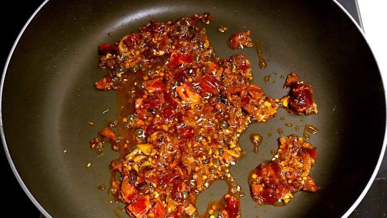 红油豆瓣烧豆腐,小火翻炒2分钟,炒出红油