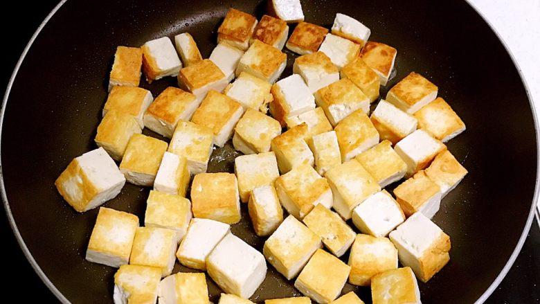 红油豆瓣烧豆腐,煎至一面金黄的时候翻面