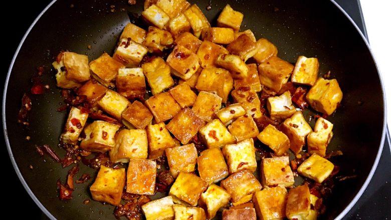 红油豆瓣烧豆腐,加入煎好的豆腐块翻炒2分钟