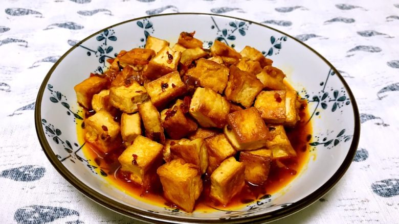 红油豆瓣烧豆腐,香辣适宜,特别适合下饭。