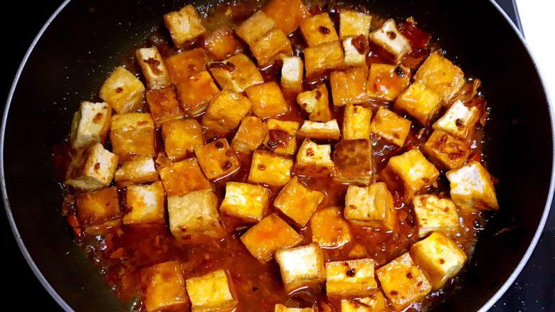 红油豆瓣烧豆腐,加入适量开水,烧6分钟
