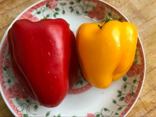 麻辣凉拌豆干,准备好彩椒,洗净,搭配个颜色。
