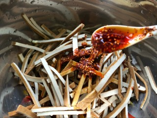 麻辣凉拌豆干,再加入,红油辣椒,喜欢辣的可以多放,否则,少放。
