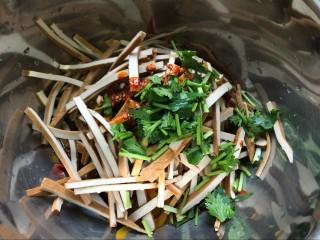 麻辣凉拌豆干,然后放入香菜段。