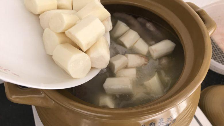 刺龟皮鸡爪龙骨汤,出锅前半小时,加入去皮的山药段,再煮20或30分钟就可以了,最后加点盐调味