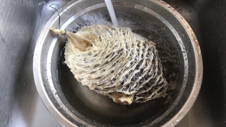 刺龟皮鸡爪龙骨汤,刺龟皮冲洗2下泡水软化 这是一种鱼的皮,满身都是刺,但营养价值丰富,还有一定的药用价值