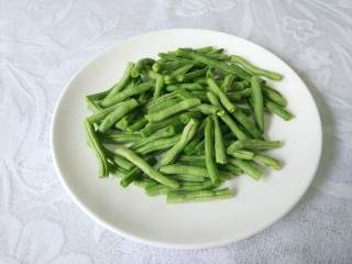 干煸四季豆,掐头去尾,掰成手指一般长短。