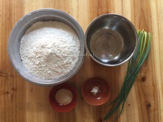 中式面点--香葱花卷,准备所需材料: 面料500g、酵母5g、盐少许、香葱3根、温水250g、碱少许、食用油适量