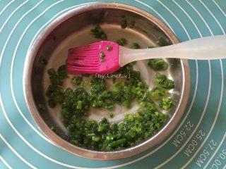 中式面点--香葱花卷,发酵期间先将香葱洗净切成葱花,然后加入少许盐、食用盐、碱、食用盐混合均匀待用