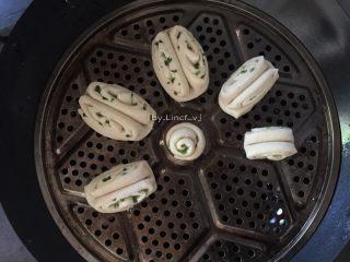 中式面点--香葱花卷,然后放入装了冷水的蒸锅中醒发约10分钟,再大火蒸开后再转中小火蒸10分钟,关火后待3分钟后即可揭盖