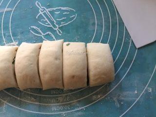 中式面点--香葱花卷,切成一段段约为4厘米的小段
