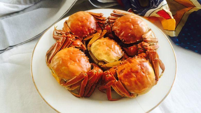 清蒸大闸蟹,摆放在盘子里就可以吃了。
