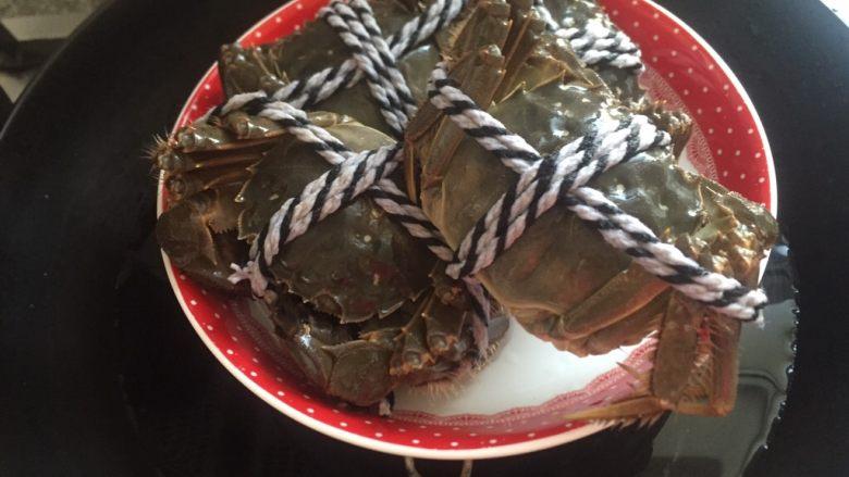 清蒸大闸蟹,泡过的蟹依然没有死只能在蒸热。
